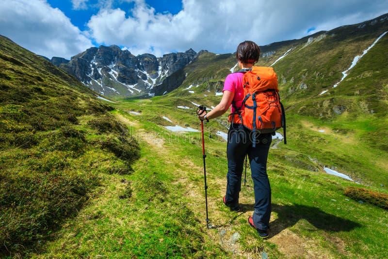 Wandelaarvrouw met rugzak in Bucegi-bergen, de Karpaten, Transsylvanië, Roemenië stock afbeelding