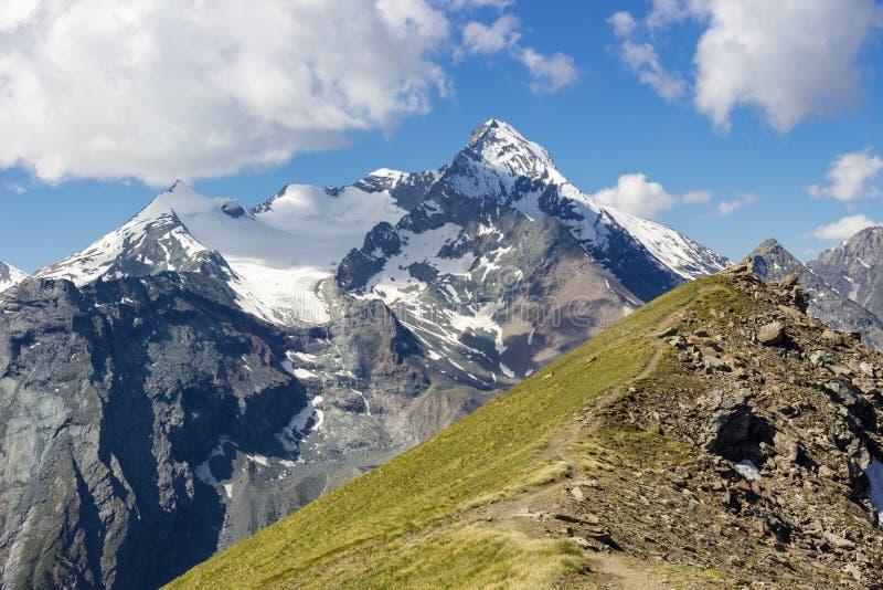 Wandelend in Aosta-Vallei in de zomer, mening van Grivola-Groep van col. van Tsa Seche royalty-vrije stock foto's