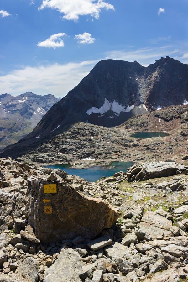 Wandelend in Aosta-vallei, Italië Mening van derde meer van Lussert van Laures-col. Blauwe hemel, kalme wateren stock foto