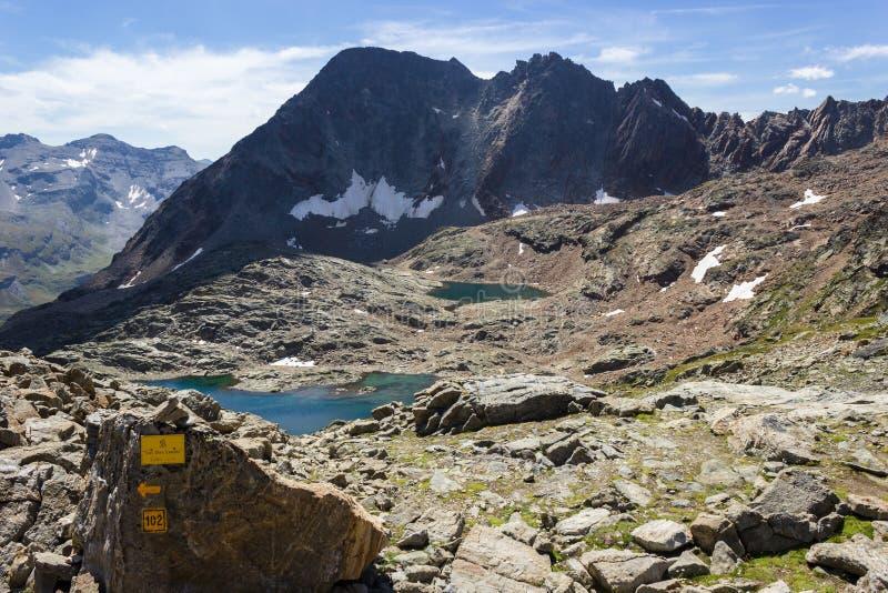 Wandelend in Aosta-vallei, Italië Mening van derde meer van Lussert van Laures-col. Horizontale richtlijn stock afbeelding