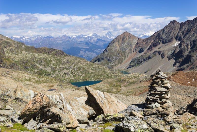 Wandelend in Aosta-vallei, Italië Mening van Laures Waal van Laures-col. Ver weg zijn er Matterhorn stock foto
