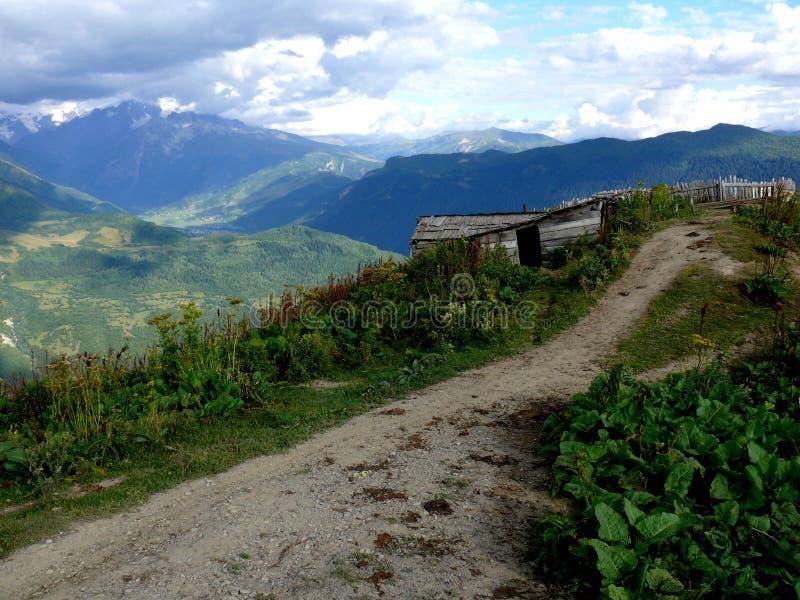 Wandelend in de bergen van de Kaukasus, Georgië stock afbeelding