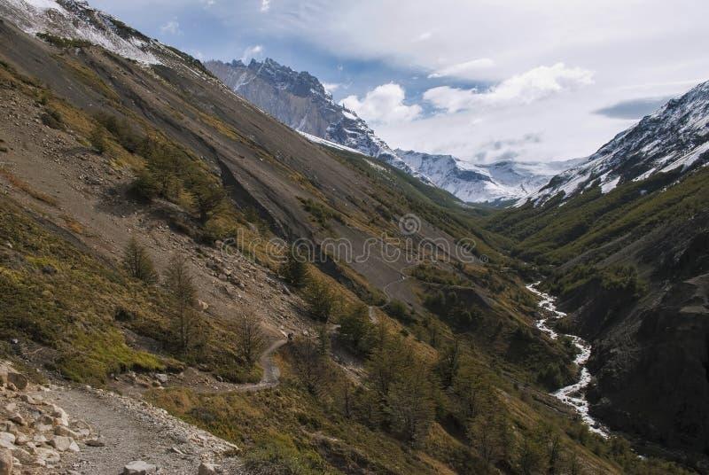 Wandelend door bergpas om te kamperen Chileno, torres del Paine royalty-vrije stock foto's