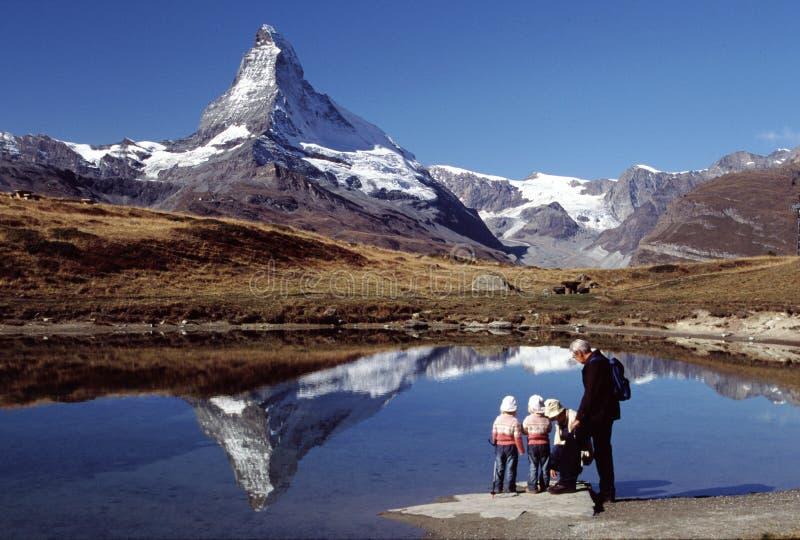 Wandelende familie in Matterhorn     stock afbeeldingen