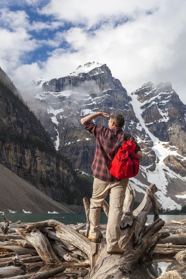 Wandelende Mens die in Morenemeer & Rocky Mountains bekijken royalty-vrije stock fotografie