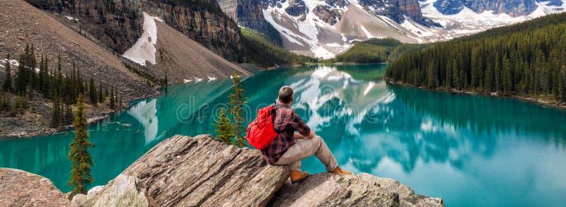 Wandelende Mens die in Morenemeer & Rocky Mountains Panorama bekijken stock foto