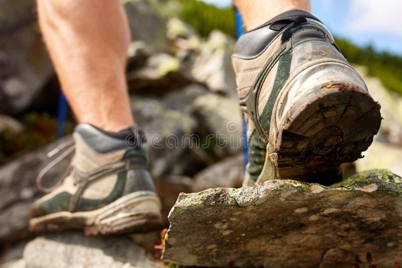 Wandelende mens met trekkingslaarzen op de sleep stock afbeeldingen