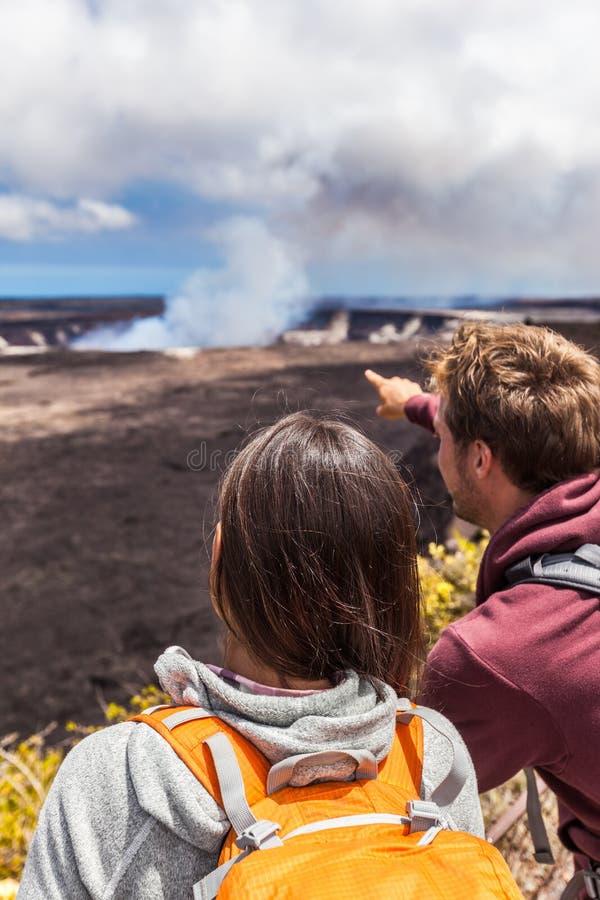 Wandelende mensen die Hawaiiaanse vulkaan bekijken stock foto