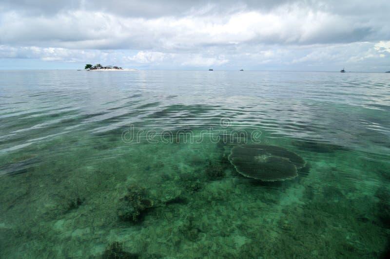 Wandelgalerijeiland en duidelijk water stock foto