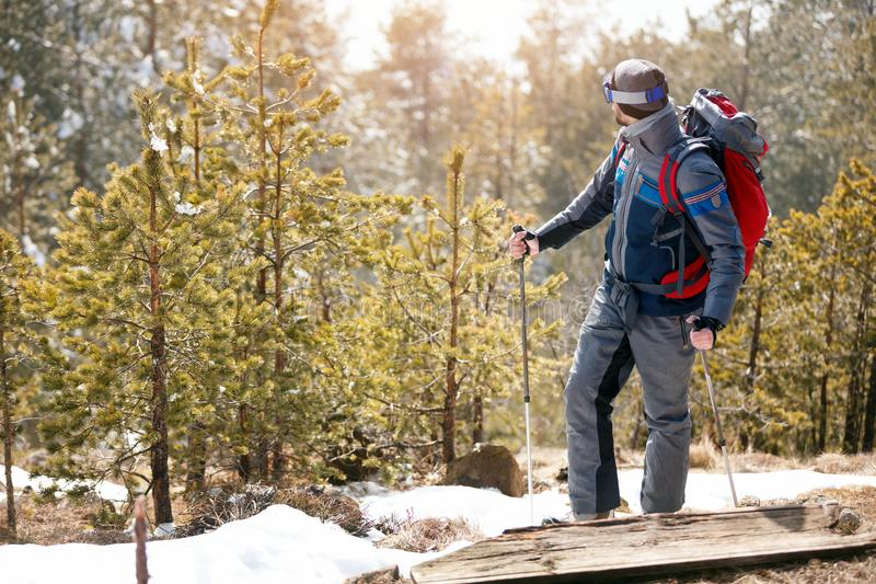Download Wandeling Bij De Bergenman In De Bergen Stock Foto - Afbeelding bestaande uit smiling, vakantie: 107706436