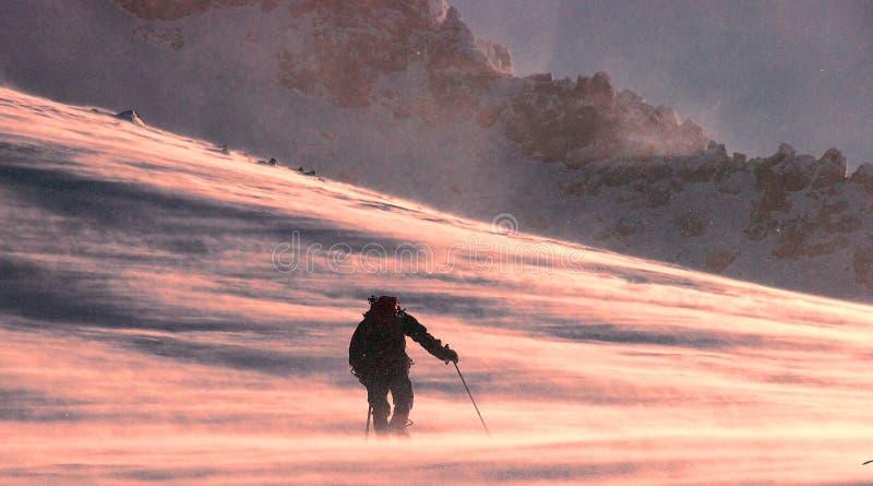Wandeling in de sneeuwbergen royalty-vrije stock afbeeldingen