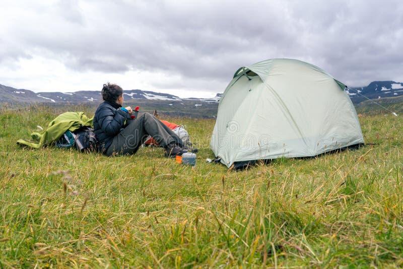 Wandeling en het kamperen in Hornstrandir stock afbeelding