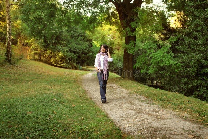 Wandeling in het park royalty-vrije stock fotografie