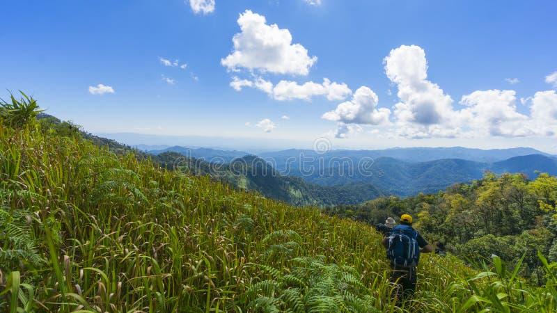 Wandeling met een rugzak en bergpanorama royalty-vrije stock fotografie