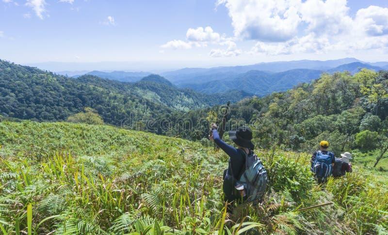 Wandeling met een rugzak en bergpanorama stock fotografie