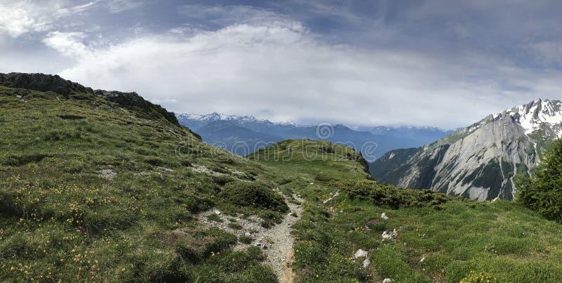 Wandeling in Zwitserse alpen royalty-vrije stock fotografie