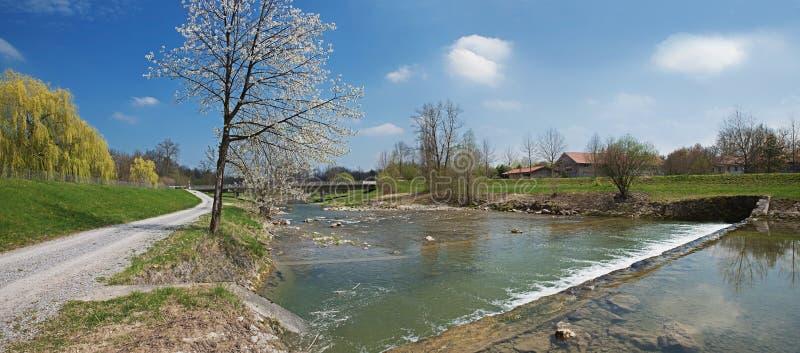 Wandelingsroute langs de rivieroever van mangfallrivier bij de lente royalty-vrije stock foto's