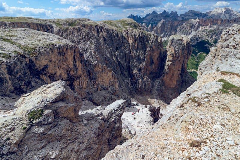 Wandelingssleep die door een smalle kloof in Italiaanse Dolom leiden stock afbeelding