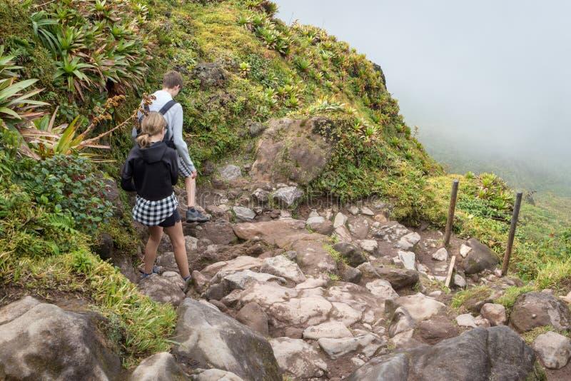 Wandelingssleep die tot actief vulkaanla Soufriere leiden in Caraïbisch Guadeloupe, stock fotografie