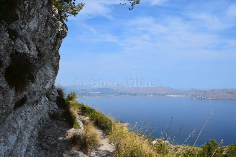 Wandelingssleep met spectaculaire mening dichtbij Alcudia op Mallorca stock foto