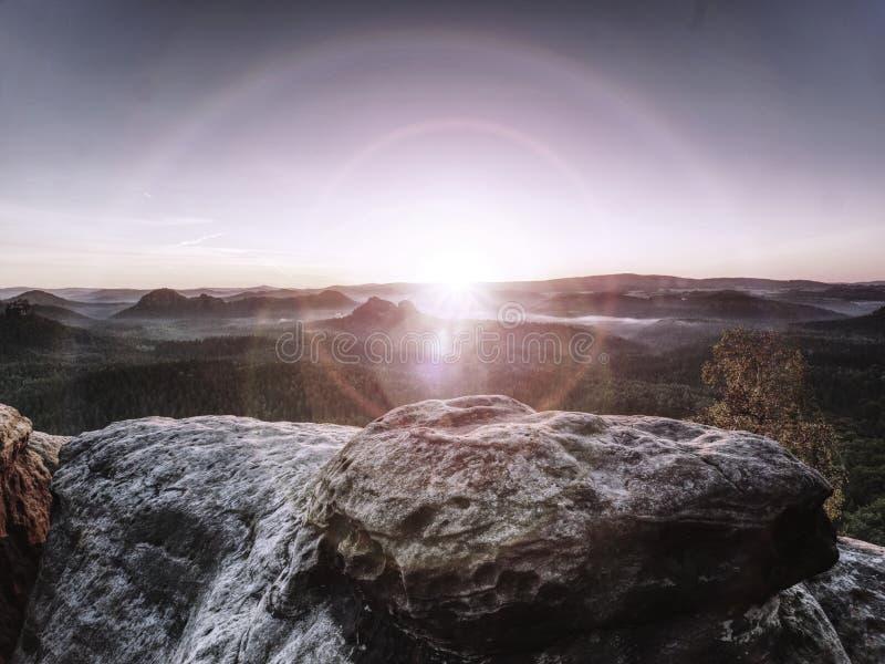 Wandelingsweg bergop in Bergen Gloedlens in camera van Zon stock fotografie