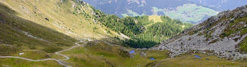 Wandelingsweg over bergcol. stock foto's