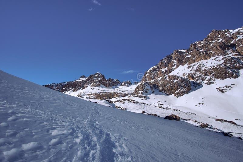 Wandelingsweg tot de bovenkant van Jebel Toubkal in de winter royalty-vrije stock afbeeldingen