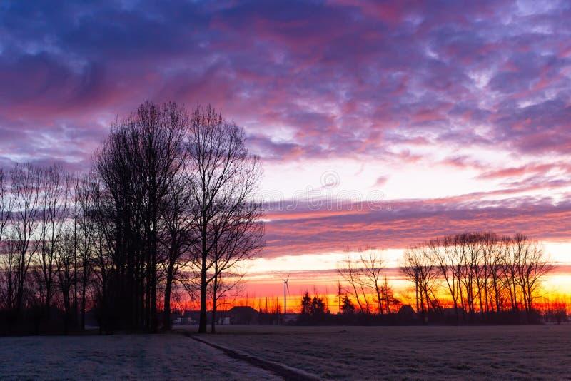 Wandelpad bij zonsopgang met wolken royalty-vrije stock afbeelding