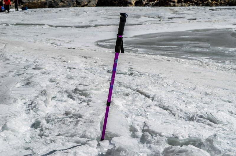 Wandelstok in de bevroren rivier royalty-vrije stock foto