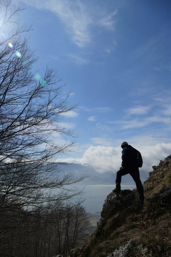Wanderer auf Berg stockbild