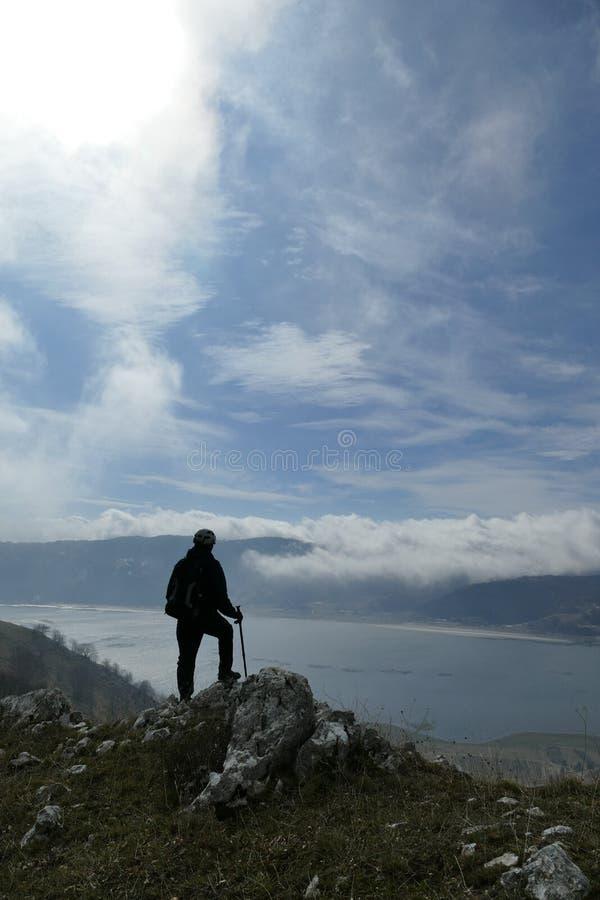 Wanderer auf Bergspitze stockfoto