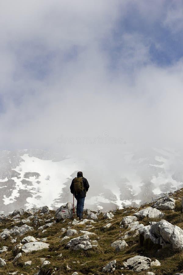 Wanderer auf Bergspitze lizenzfreie stockbilder