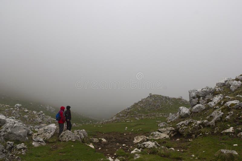 Wanderer auf Bergspitze lizenzfreies stockbild