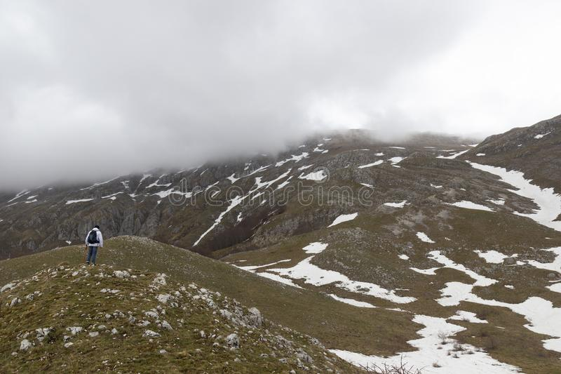 Wanderer auf Bergspitze lizenzfreie stockfotografie