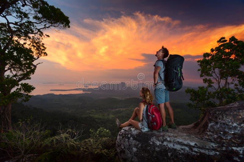 Wanderer auf der Klippe stockbilder