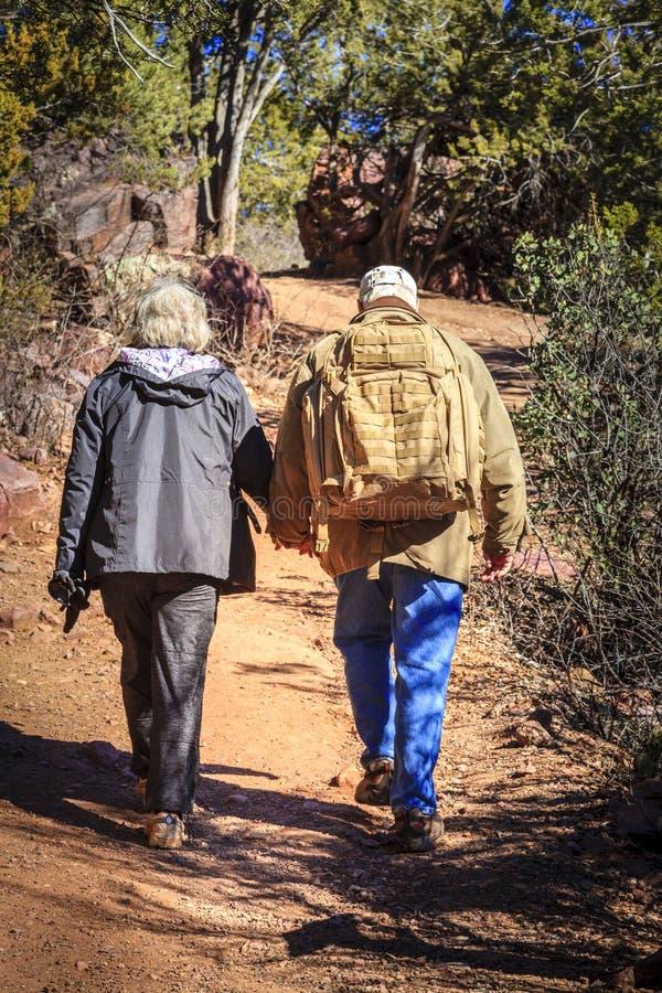 Wanderer auf einer Spur lizenzfreies stockbild