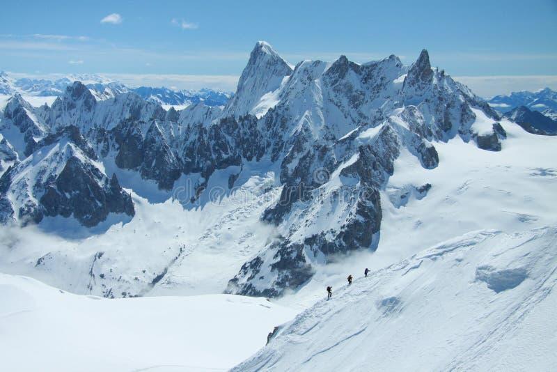 Wanderer in den französischen Alpen stockfotografie