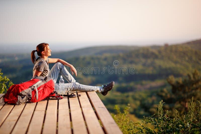 Wanderer, der auf der Sonne auf Bruch vom Wandern genie?t stockbilder