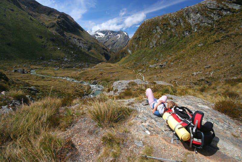 Wanderer, der in den Bergen stillsteht lizenzfreies stockbild