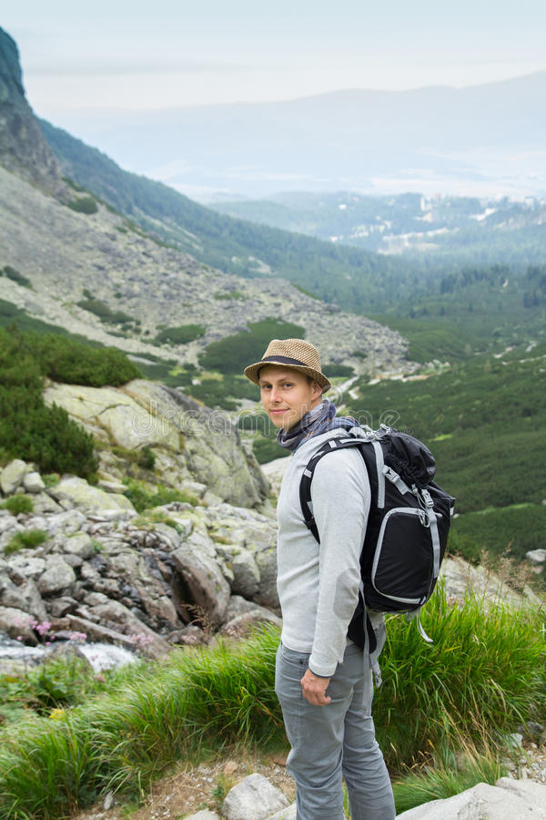 Wanderer, der in den Bergen wandert stockfoto