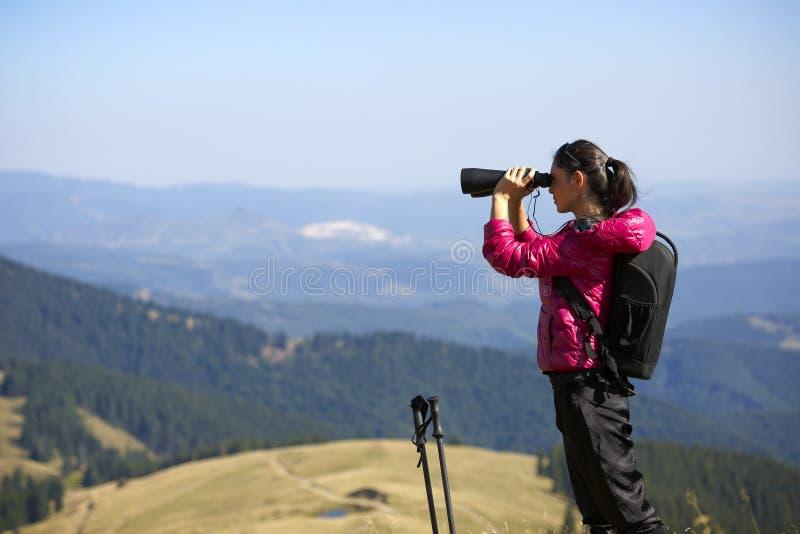 Wanderer, der in den Ferngläsern genießen großartige Ansicht über mountai schaut stockfoto