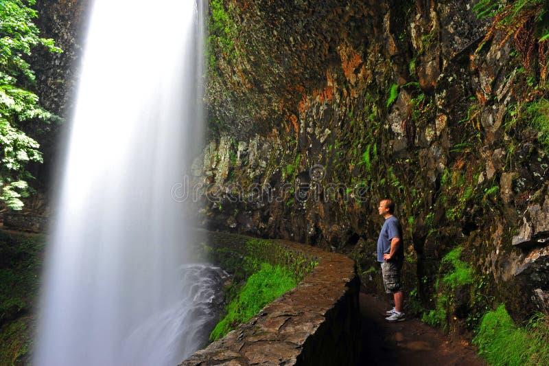 Wanderer, der den Moment der Wasserfälle genießt lizenzfreie stockbilder