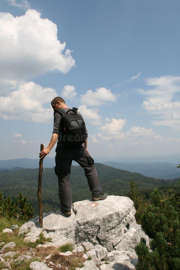 Wanderer, der die Ansicht genießt stockfotografie
