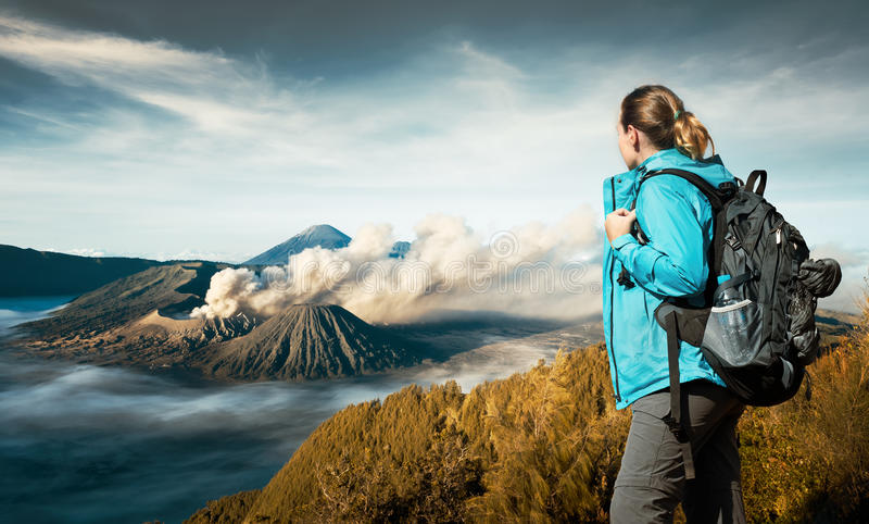 Wanderer der jungen Frau, der Ansichtvulkan Bromo genießt stockfotos