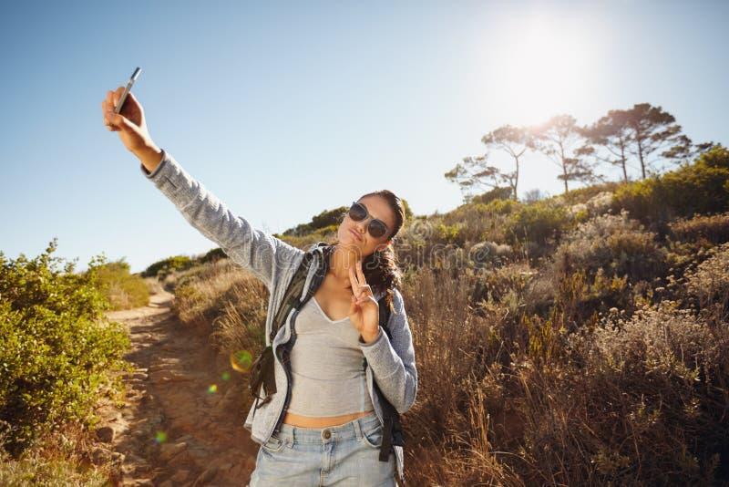 Wanderer der jungen Frau ein selfie in der Natur stockfoto