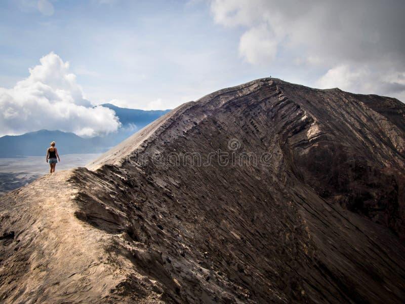 Wanderer, der um Kante von Vulkan Gunung Bromo, Java, Indonesi geht stockfotografie