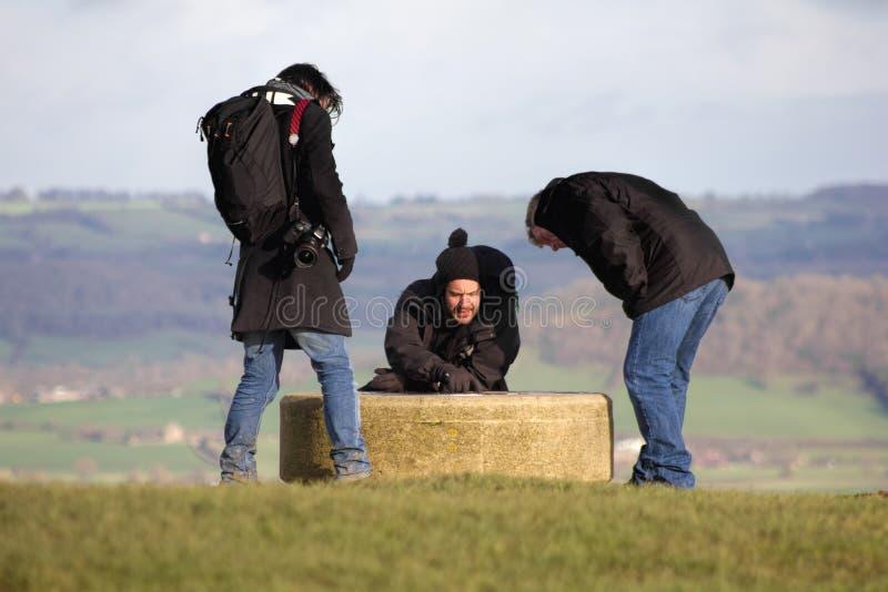 Wanderer, die heraus auf den Hügel, Richtungen überprüfend gehen lizenzfreies stockbild