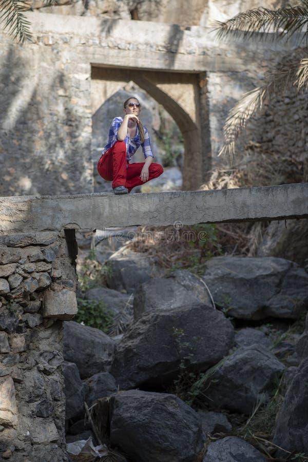 Wanderer in einem alten Garten von Oman lizenzfreie stockfotos