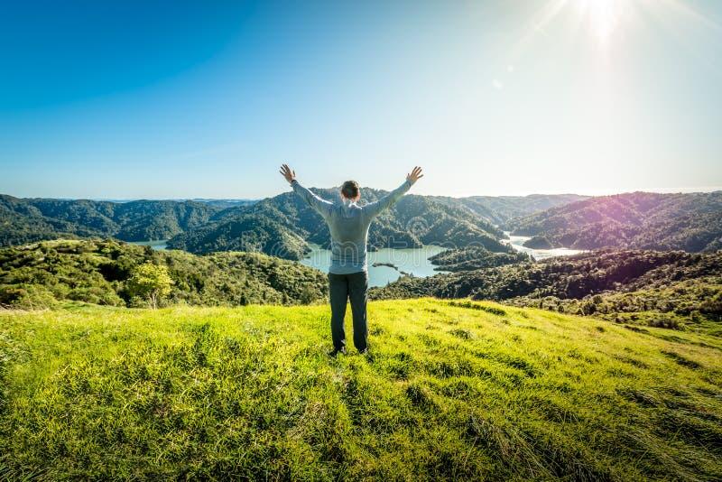Wanderer fand einen Campingplatz auf einen Berg, der ein Sein übersieht stockbilder