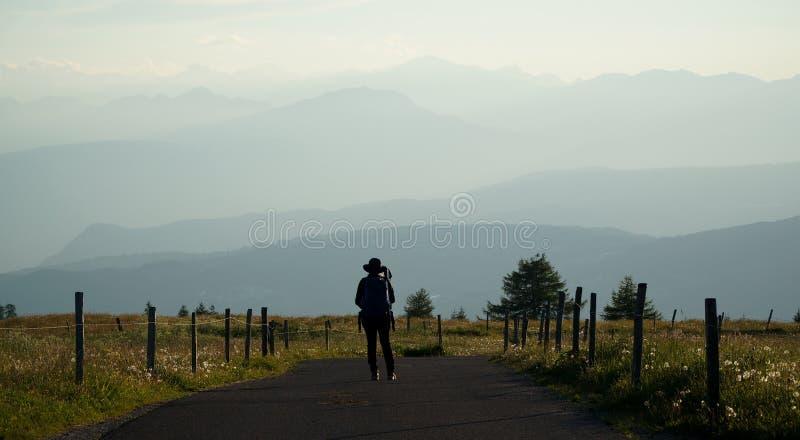 Wanderer genießt Ansicht über Dolomitberge bei Sonnenuntergang stockbilder